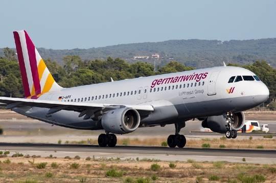 资料图:德翼航空空客320飞机 据外电报道:德国之翼航空公司的一架A320客机(航班号4U9525)在法国南部坠毁。法国民航部门证实机上共有150人,包括144名旅客和6名机组人员。飞机从西班牙巴塞罗那飞往德国杜塞尔多夫,在法国南部上普罗旺斯阿尔卑斯省失去踪迹。 19:12分,法国总统发表声明表示,根据目前掌握的情况来看,坠机应该没有幸存者。法国总理瓦尔斯说,眼下尚不清楚坠机原因,法国内政部已派人前往位于巴斯洛内特附近的坠机地点。 19:17分消息:该飞机于法国当地时间11点20分在屏幕上消失。法国方面