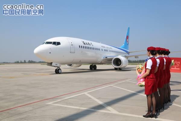 中国民用航空网讯:8月16日,一架全新的波音737-800飞机(B-6299)完成所有通关手续飞抵石家庄机场,正式加盟河北航空机队,至此,河北航空机队规模增至12架,包括波音737-800机型5架,波音737-700机型2架,E190机型5架。 当天下午,河北机场集团总经理张彦杰,河北航空公司总经理蒋卫东等领导到机场迎接慰问了赴美国接机的机组及工作人员,向他们送上了鲜花,并合影留念。 该架飞机于8月13日在美国波音西雅图生产线交付。客舱共有170个座位,其中,头等舱8个,经济舱162个。该机将在例行检查
