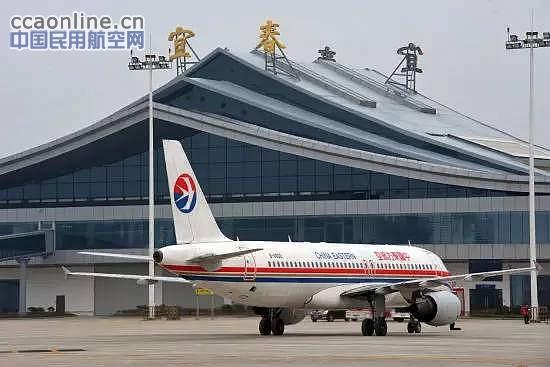 """中国民用航空网通讯员谢娇报道:2015年10月1日,在这个举国同欢的日子里,随着从上海飞来的8L9888航班缓缓降落在机坪,宜春明月山机场又迎来了激动人心的一刻——旅客吞吐量首次突破30万,又一次用不争的实际证明了它的""""宜春速度"""",为机场的发展史添上了浓墨重彩的一笔。   生产迅猛发展抒写""""宜春速度""""   回首通航两年多来的历程,每一个刷新成绩的历史时刻都让人记忆犹新:   2013年6月26日正式通航,明月山机场仅用半年的时间就"""