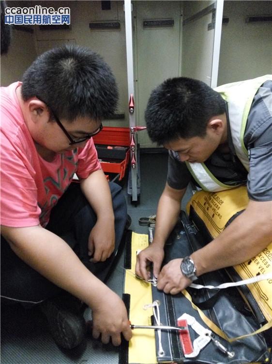 AMECO武汉分公司国庆期间完成飞机应急滑梯更换