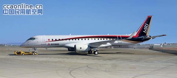 """三菱MRJ支线飞机 据共同社报道,11月8日,三菱重工飞机公司(爱知县丰山町)7日上午在爱知县营名古屋机场(丰山町)实施了首款日本国产喷气式支线客机""""MRJ""""的高速滑行试验,速度达到了与起飞时速相当的约220公里。面向9日至13日首飞的准备工作已基本完成。 滑行试验的时速于6日首次超过200公里。飞机起飞需要超过200公里的时速。6日和7日还实施了飞机即将起飞时前轮离地的滑行试验。 在机场观景台上聚集的大量航空爱好者发出阵阵欢呼。相关人士透露称""""滑行试验计划7日为最后"""