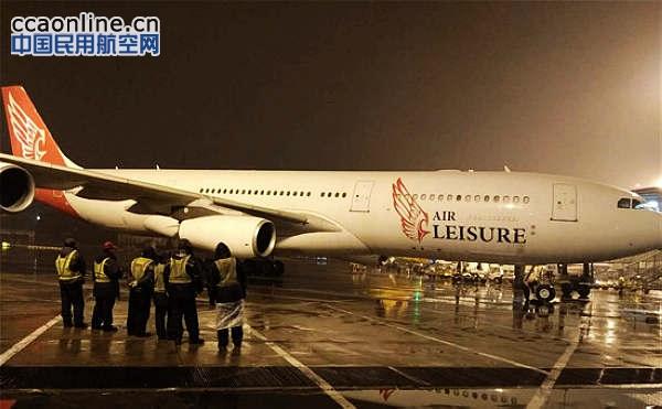 埃及休闲航空A340客机  中国民用航空网通讯员傅勇、叶菁报道:11月20日凌晨3点48分,满载着242位旅客的埃及休闲航空AL841次航班次航班安全起飞离开北京,标志着地服公司今年的第二家客户首航保障工作圆满完成。这也是地服公司第二次股权多元化后迎来的首个客户开航北京。 据悉,埃及休闲航空此次开通的北京航线从有着红海之都的赫尔格达起飞,飞行时间约10小时15分钟。航线使用空客A340执飞, 航班总共有224个经济舱、24个高级经济舱和12个公务舱,每周执飞两班,周一、周五上午当地时间9点起飞、凌晨1点