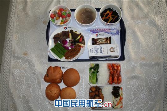 河北航空公司的大飞机分为头等舱餐食和经济舱