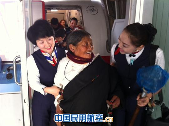 随着春节的日益临近,南来北往的中国人各个归心似箭。2月6日是农历的腊月二十六,是春运最忙碌的时刻。东航西北分公司客舱部乘务一部李爱菊乘务长执行MU2314(玉树至西宁)的航班上对藏族老人无微不至的照顾,受到了乘机旅客的赞扬与好评。    当李爱菊乘务长和组员在欢迎旅客登机时,藏族乘务员巴桑卓玛和索朗曲珍发现有两位藏族老人在上客梯车时显得十分艰难,于是三步并作两步迎上前去搀扶老人登机,用藏语询问老人,得知老人腿脚不便,又是第一次乘机回西宁过年,于是巴桑卓玛立即将这一消息及时告知了乘务长李爱菊。李爱菊与巴