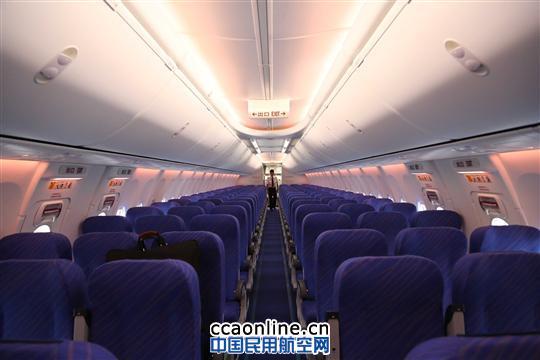 (通讯员 李永巍)7月26日,编号为B-5759的新一架波音737-800型飞机由美国西雅图飞抵乌鲁木齐,落户南航新疆分公司。这是一个月内南航在新疆投放的第三架波音737-800型飞机,累计新增静态座位数近500个,为新疆暑期旅游市场提供充足运力。 据了解,此次引进的波音737-800客机是一种远程、高巡航速度、低油耗、低噪声的新型客机,机内设置有8个头等舱座位、24个经济舱座位和132个经济舱座位。此架客机还加装了新式融合型翼梢小翼,十分适合高原机场运营,旅客乘坐时将会感到更为平稳与舒适。  图:机务人
