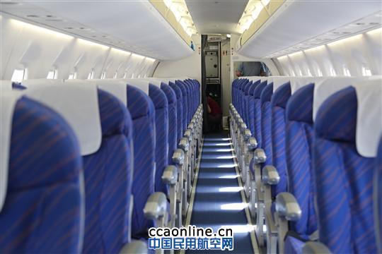 有趣的数据E190比波音737更宽敞 目前,南航涉疆航线共投放有包括波音777、空客A330在内的大小机型共9种,除上述两种为宽体机(双通道飞机)外,其余7种均为窄体机。其中,南航新疆执管的E190机型采用98座双舱布局,拥有6个头等舱、16个高端经济舱以及76个经济舱,是涉疆航线中座位数最少的机型。 那么,它的座椅设计到底有多大?工作人员向笔者提供了一组数据:E190经济舱客舱座位宽度为46.