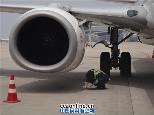 对飞机发动机底部进行详细检查