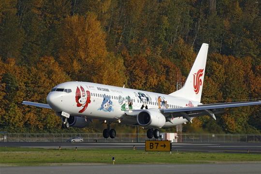 11月23日上午,重庆江北国际机场33号候机厅内,旅客的鼓掌声、欢呼声此起彼伏。国航股份重庆分公司在重庆至北京CA1420航班的旅客中举行奥运吉祥号飞机首航重庆庆祝仪式。吉祥奥运,祝福北京现场签名和抽取福娃大奖等活动,给旅客带去了欢笑,也留下了许多感动。   先生,欢迎您乘坐奥运吉祥号飞机,请您办好手续后到33号候机厅参加抽奖活动。在国航股份重庆分公司专门确定的值机柜台,值机员向乘客微笑着问候,同时向他们发送精美的活动提示卡。到了候机厅,五个可爱的福娃玩具和签名横幅,吸引了每一个旅客驻足