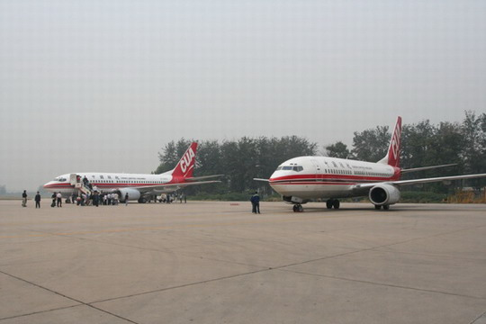 (通讯员 杨博雄)随着KN2282和KN2294航班返回北京南苑机场,中国联合航空公司顺利实现第二个安全年。   安全生产是航空公司的生命线,也是中国联合航空公司得以生存发展的基础。作为一家刚刚起步的航空公司,中国联合航空公司始终把安全工作放在首位。全年共开展春节、五一、十一等节前运行检查和专项安全检查6次,组织11名专兼职检查员分别对8个主要运行部门和处室进行了4次季度持续监督检查,共检查项目520项,共发现问题90余项,下发《整改通知单》72份。在开展持续监督检查的同时,对每次发现问题进行了整改