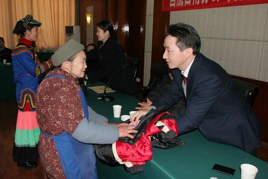 国航西南分公司客舱服务部总经理刘政,地面服务部书记俞前向困难群众