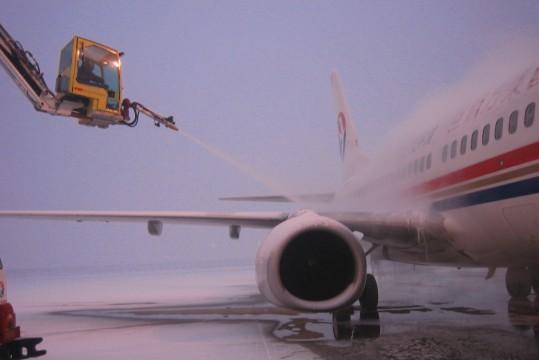 图2:东航除冰车在银装素裹的北京首都国际机场机坪上。   早在冬季来临之前,东航北京维修部已提前进行了冬季维护工作注意事项和除冰等相关知识的培训,正是培训工作的前位管理和广大机务员工的共同努力,使东航北京维修部在今冬北京首场降雪的特殊气候条件下,较好地完成了除、冰雪和航班保障工作。  图3:清除B-5033飞机水平尾翼积雪。  图4:飞机大翼上表面是飞机除冰、雪工作中的重要部位。   摄影:贾建忠