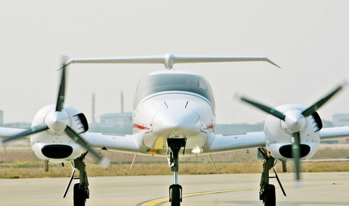 钻石飞机飞机在机坪滑行   2月19日下午3:30,深航鲲鹏国际飞行学校订购的2架钻石DA42飞机安全抵达深圳宝安国际机场。至此,深航鲲鹏国际飞行学校已拥有教练飞机7架。   此次引进的2架钻石飞机是全球知名的通用飞机制造企业奥地利钻石飞机制造公司生产的,2月11日从奥地利的WR。诺伊施塔特起飞,途中经由希腊、埃及、黎巴嫩、印度、孟加拉、泰国等6国中转,整个航程历时9天。   据悉,深航鲲鹏国际飞行学校是去年9月19日正式挂牌投入运营的,校部和地面理论培训基地设在深圳宝安国际机场深航基地,飞行实训