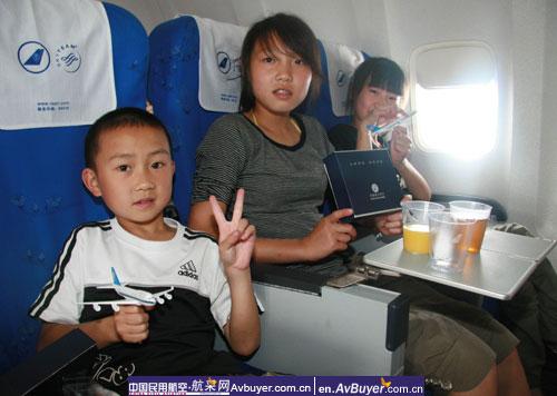 南航航班送灾区小朋友回新家