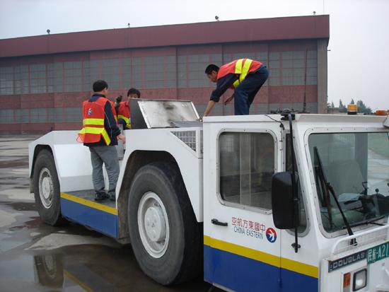东航山西分公司飞机维修部排除牵引车故障