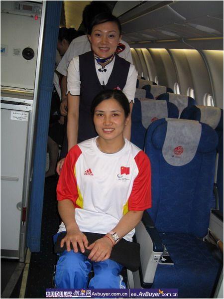 东航空姐客舱内为轮椅