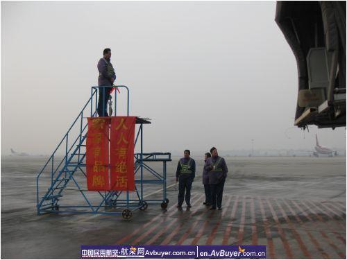 飞机用的工作梯放置在机位停止线上模拟波音737型