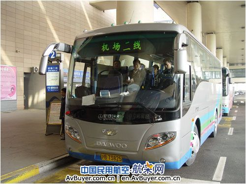 上海机场为方便旅客 16辆新客车投运机场二线