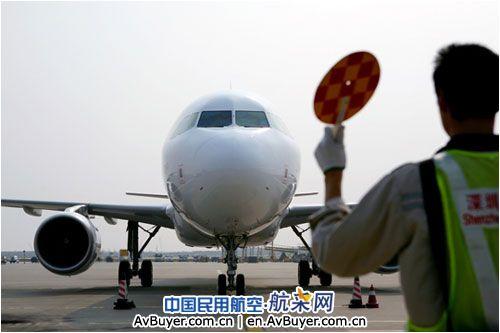 深航机务人员正在引导飞机停靠