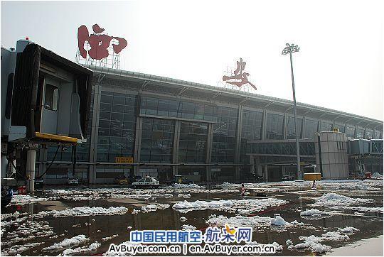航班顺利起飞   据悉,11月11日突降的暴雪天气给西安咸阳国际机场的安全生产保障工作带来挑战。为做好此次复杂天气保障工作,咸阳机场专门成立了保障小组,由机场领导亲自挂帅,对涉及安全生产、候机楼服务、飞行区运输等保障工作进行了详细分工。机场领导带领员工坚守在一线岗位,进行时时的复杂天气保障工作指导和会商。   11日晚间18时许,经历了暂时性关闭之后逐渐恢复生产的咸阳机场再次开始遭遇持续降雪,并由22时起转为暴雪,机场再次宣布了暂时性关闭。不间断的吹雪作业使机场飞行区道面于12日凌晨1时符合飞行标准,