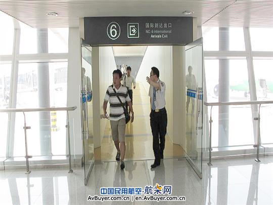 7月29日,青岛机场国际服务工作人员帮助一位乘坐全日空延误航班的日籍旅客快速转机,确保其及时登机,得到了旅客和全日空的赞誉。