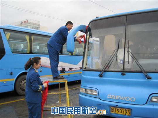 青岛国际机场汽车运输公司开展心系红飘带活动