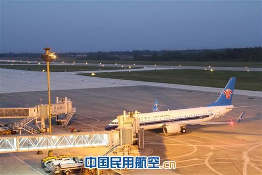 国庆黄金周期间(9月30日至10月7日),南航南阳基地安全保障航班127架次,与去年同期相比多出41架次,与去年同比增长47.7%。   据统计,国庆黄金周南阳机场安全运送旅客11190人次,其中出港旅客5599人次,进港旅客5591人次,与去年同比吞吐量增长101.5%,旅客吞吐量无论是总量,还是单日数量均超历年同期水平,创历年十一黄金周新高。   在机票销售方面,飞往广州、深圳、上海方向的机票一票难求,10日之前的机票全部售罄。南阳至杭州、成都航班机票较宽裕,目前飞杭州还有8折优惠。预计10日以