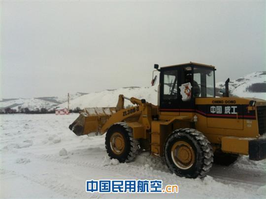 场务队工作人员正在下滑保护区除雪作业