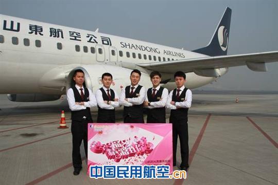 3月8日国际妇女节这天,当飞机缓缓地降落到成都双流国际机场时,乘客们