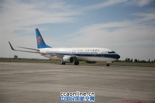 7月20日,一架编号B-5760的波音737-800型飞机顺利由美国西雅图飞抵乌鲁木齐,加入南航新疆分公司机队。这是继7月15日之后,一周之内南航在疆投放的第二架波音737-800型飞机。 据了解,首架新疆属地执管的B737-800飞机在本周一抵达乌鲁木齐后,第三天便迅速投入航班运营中,执飞乌鲁木齐-长沙-温州航线。截止今日飞行三天以来,平均客座率均超过85%,市民对于新飞机优良的设计和舒适的乘坐感反响良好。来自乌鲁木齐的富岩峰17日乘坐由B737-800飞机执行的CZ6955航班前往长沙探望