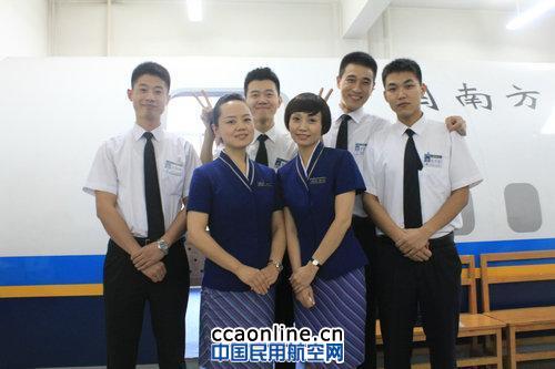 南航新疆分公�9�n�i�_南航新疆分公司:模拟舱里庆祝教师节