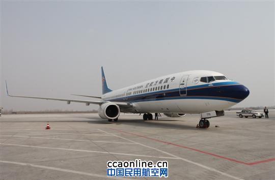 南航新疆分公司波音737-800飞机 中国民用航空网讯:3月25日,一架机号为B-5770的波音737-800飞机平稳降落乌鲁木齐国际机场,加入南航新疆分公司机队。至此,南航新疆分公司波音737-800机队扩增至6架。 波音737-800飞机是由美国飞机制造商波音公司生产的单通道飞机,可载客164人,配有先进的音像娱乐设施和通讯设备,是波音737飞机系列中最优良的机型之一。目前,南航新疆分公司执管的波音737-800飞机主要执飞乌鲁木齐至杭州、成都、库尔勒等疆内外航线,良好的经济性和舒适的乘机感广受好