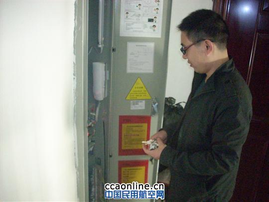 工人电梯维修保养忙