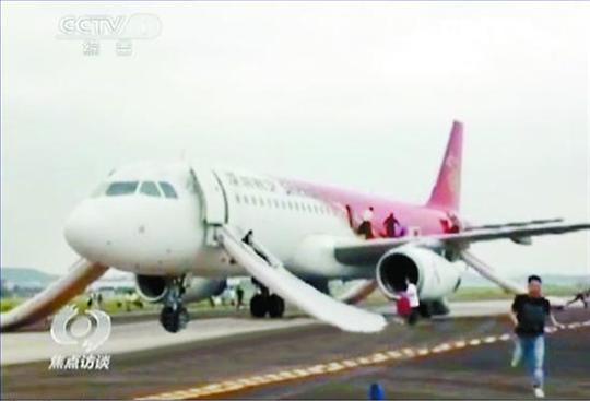5月16日,备降桂林的ZH9243航班因诈弹消息打开了逃生滑梯,每打开一个就要将近10万元的费用。央视视频截图   继5月15日2个小时内5个国内航班陆续接到威胁电话,声称机上有炸弹之后,5月17日,北京、重庆、深圳和广州机场分别接到威胁电话,声称至上海的航班有炸弹,影响11架航班,诈弹玩笑再度升级。   5月15日8时至10时,深圳航空、吉祥航空和东方航空的共计5架航班接到威胁电话,随后多家航班或返航或备降或推迟起飞。然而,就在打电话谎称有炸弹的犯罪嫌疑人被深圳警方抓获归案的第二天,更为严重的航