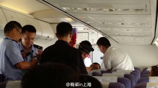 网曝上航FM9522航班一男子被警方带走