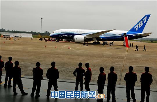 """波音787型""""梦想飞机""""首次降落海口美兰机场"""