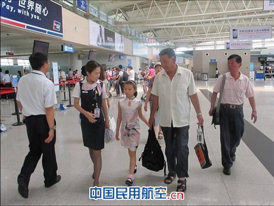 随着中小学假期的开始,青岛机场也迎来了暑运客流的高峰,这其中,有不少无陪儿童出现在机场,他们年龄大都在5至12岁,主要前往北京、上海、深圳、广州、哈尔滨等地。  今天上午,家住市区的10岁小朋友玲玲在机场服务台工作人员的带领下搭乘南航航班飞往哈尔滨,服务人员帮助她办理了乘机手续,并陪伴她前往机场爱心家园特殊旅客休息室等候登机。在这之前,工作人员也早已将填写好的交接单据等所有的信息资料放在她胸前的卡通服务袋中,方便下机时目的站进行查验。10:00左右,玲玲小朋友被带至登机口登机,工作人员亲自将她送至机舱门