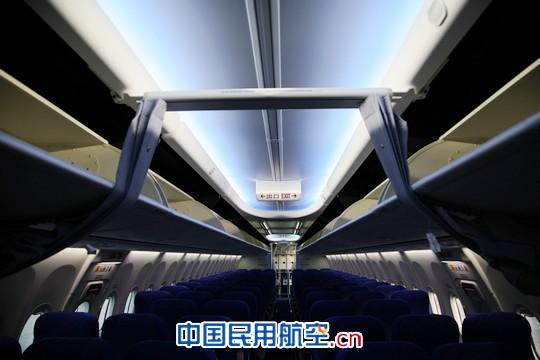全新波音737-700型飞机客舱天空内饰是自动调控的照明系统.