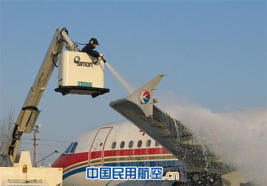2011年11月29日,济南迎来入冬以来的第一场雪,东航山东维修部启动冬季极端天气维修预案,严格飞机除冰雪程序,确保济南至成都MU5449航班17点30分安全起飞。  维修人员清除飞机积雪 11月29日,今冬第一场大雪突降济南,东航山东维修部立刻启动《航班大面积延误预案》和《冬季极端天气维修预案》,维修部领导和各级值班干部第一时间赶到停机坪,迅速组织对飞机的除冰工作。航线车间和特种车辆两部门密切配合,严格按照飞机除冰雪程序,认真细致清除飞机上每一处积雪。维修工作中,维修人员加大对飞机机翼、操纵面、发动机和